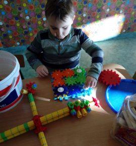 Budowanie z klocków sprawia dzieciom przyjemność!
